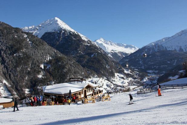 Après Ski & restaurant Sölden panorama alm right on the slopes giggijochbahn terrace sun mountains alpine winter skiers